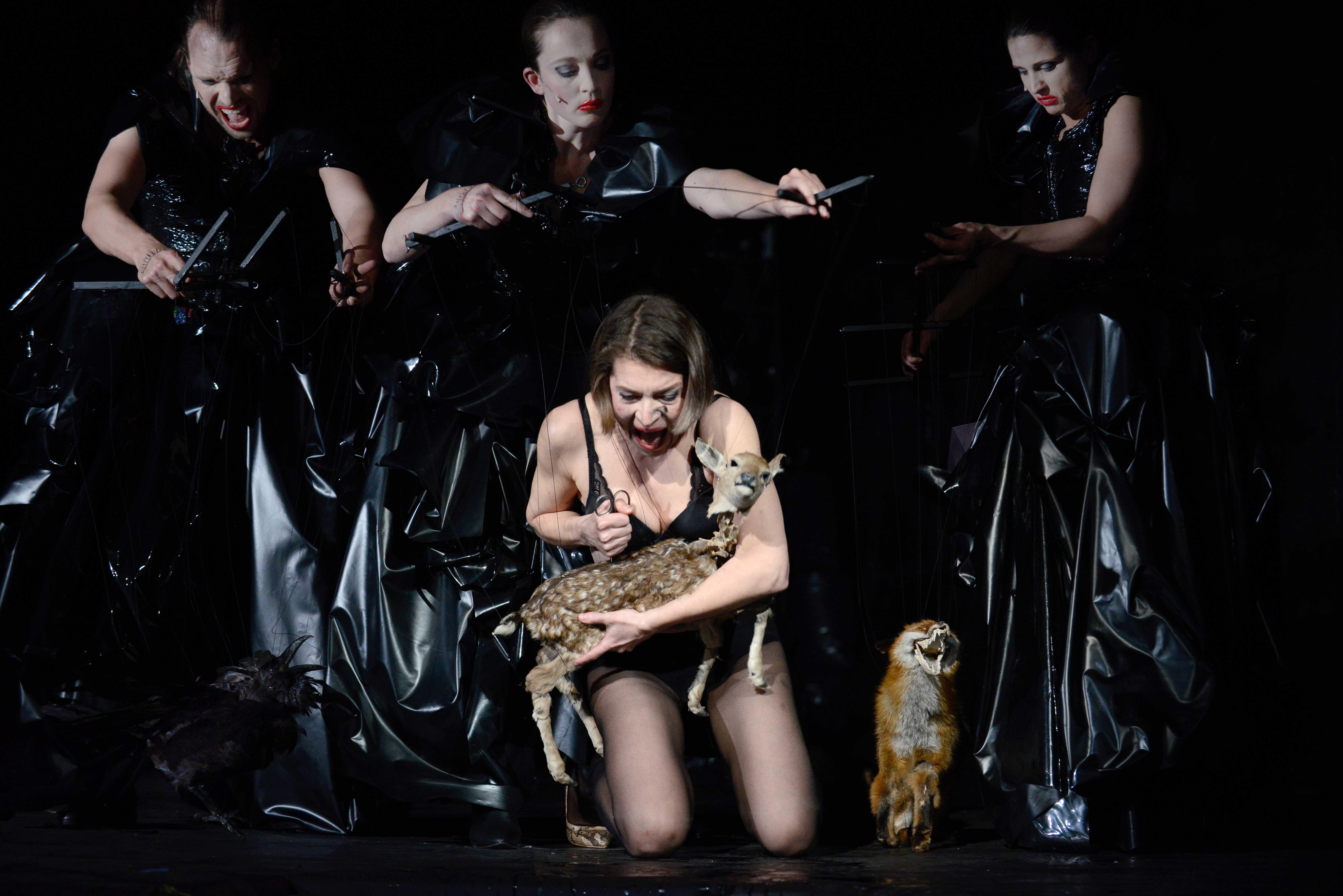 Macbeth5_vorne Anna Steffens hinten Michael Pietsch, Leoni Schulz, Anika Baumann_c_Bettina Müller